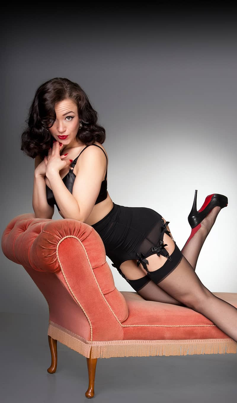burlesque-performer-on-couch-pinup