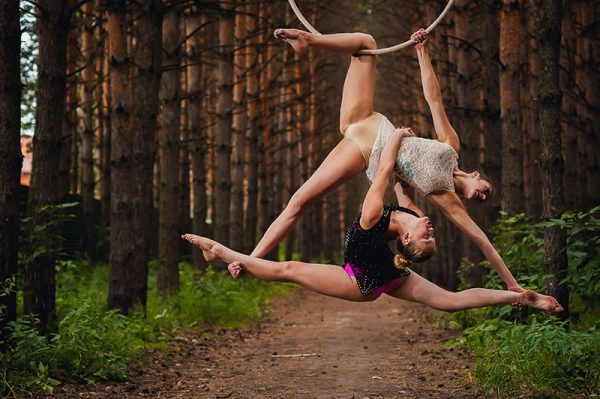 lyra-aerialist-duo-forest